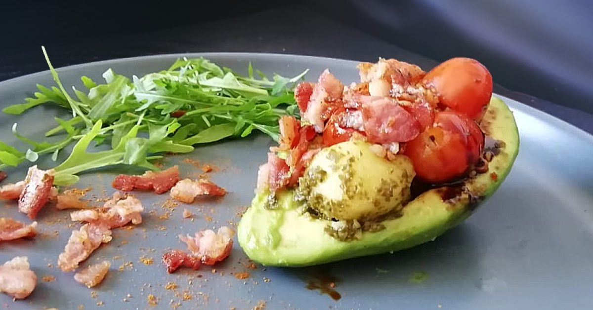 15-minute gourmet – Caprese and bacon stuffed avo